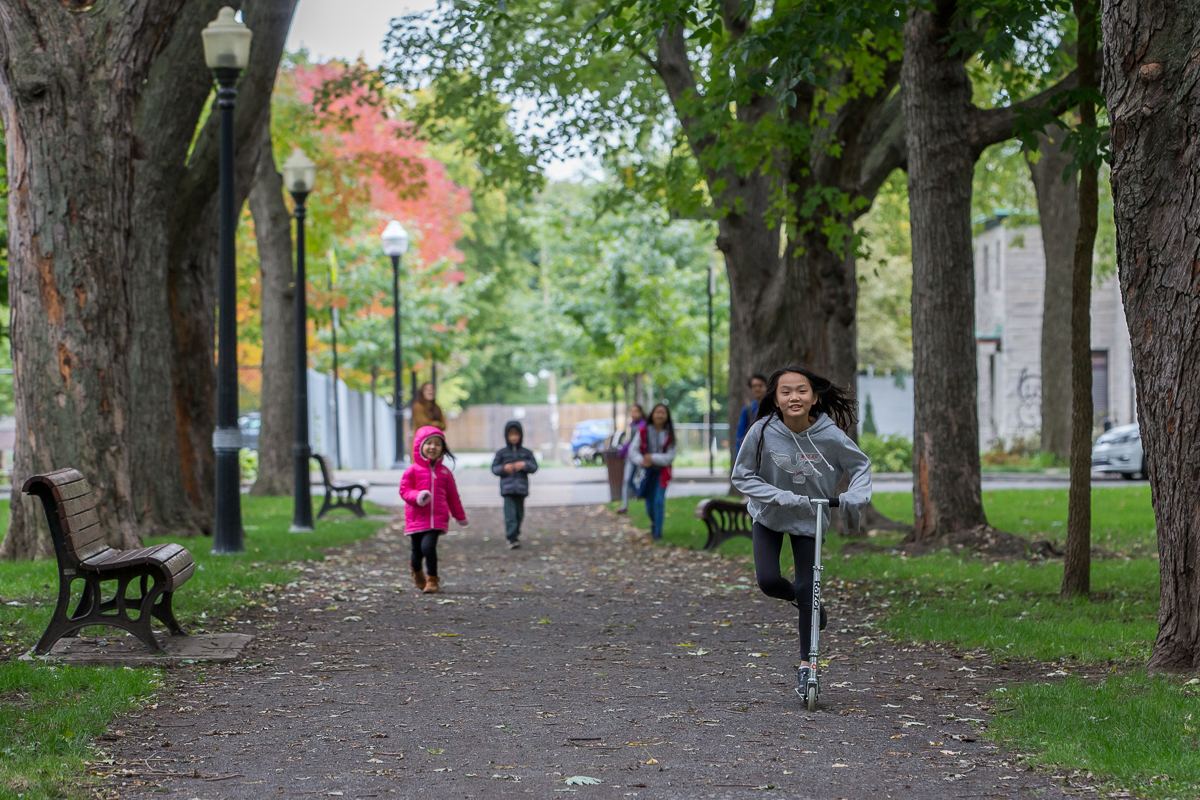 Playtime in a neigbourhood park (credit: Toma Iczkovits)
