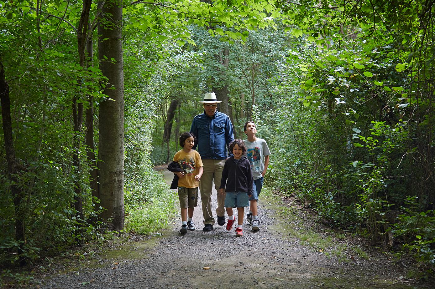 Stroll through the forest in Pointe-aux-Prairies Nature Park (credit: Alexandre Campeau-Vallée)
